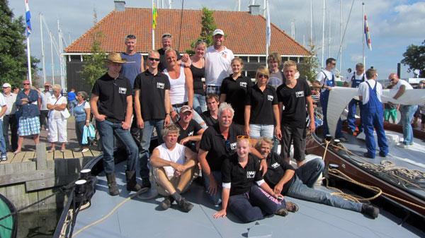 De bemanning voor de IFKS - 2012 in de haven van Hindeloopen